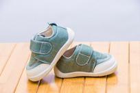 一双婴儿的小鞋子