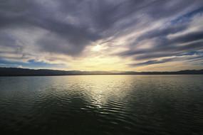 茶卡盐湖浓云密布