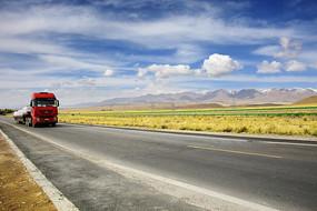 高速公路和物流大卡车