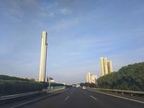 高速路两旁厂房