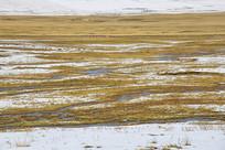 高原草地溪流雪景