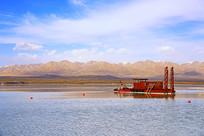 高原湖泊与疏浚船