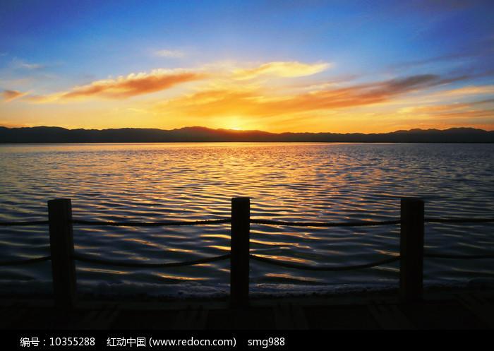 湖面晚霞火烧云美景图片