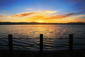湖面晚霞火烧云美景