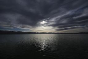 浓云密布的湖面