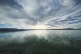 浓云密布在茶卡盐湖倒影
