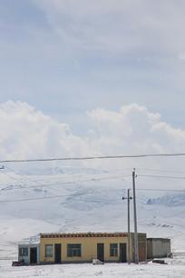 青藏高原农户人家雪景