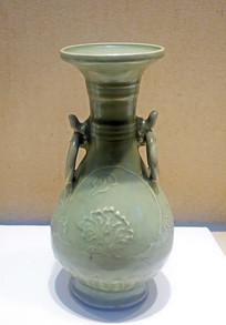 元代龙泉窑青瓷牡丹纹环耳瓶
