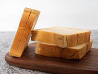 面包板上美味的面包吐司