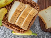 小竹筐中的面包吐司片俯瞰图