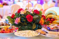 会议桌上的食物和花朵