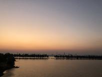 夕阳下的东湖