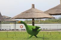 草棚前的绿天鹅
