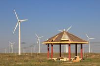 高速公路旁风力发电厂