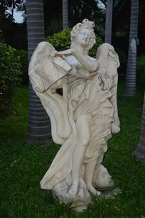 有翅膀的西方人物雕塑
