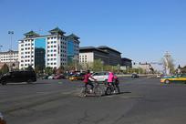 北京长安街上的车辆和行人