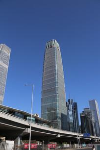 高耸入云的新国贸饭店大厦