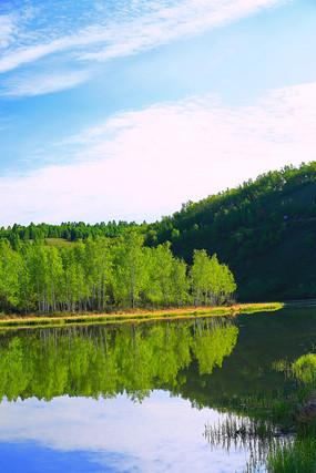 大兴安岭湖泊树林