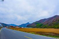 丹东宽甸青山沟公路耕地与山峰