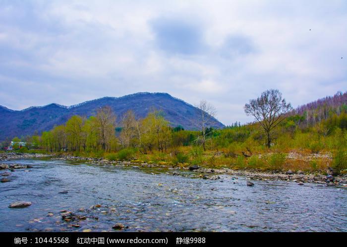 宽甸青山沟河流与山峰图片