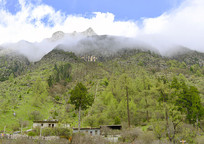 青藏高原高山下山区乡村的民居