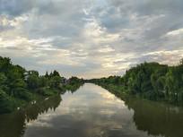 雨后青翠河流