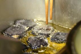 正在用油炸的长沙臭豆腐