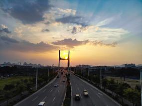 航拍日落下的南洲大桥