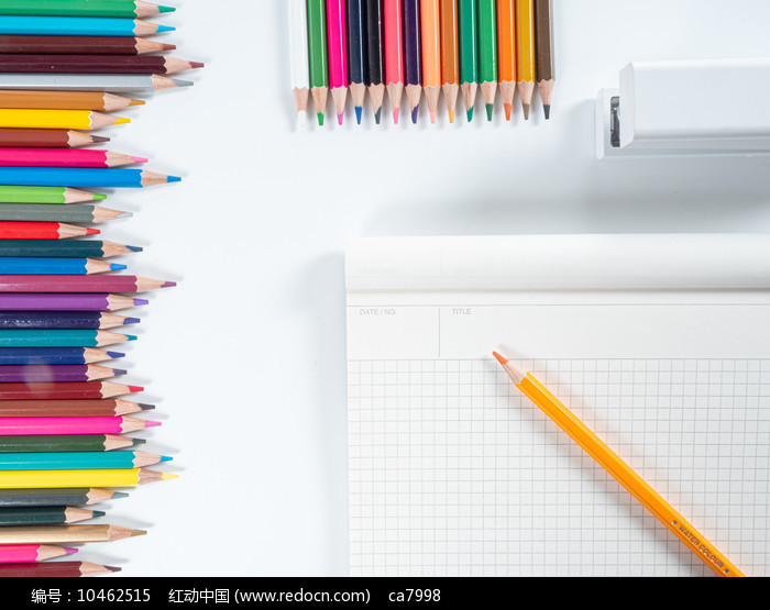 画本旁边排列规则的彩色铅笔图片