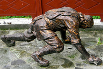 理县甘堡寨藏区山民攀爬雕塑 侧面