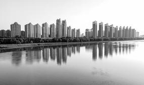 黑白照片江边