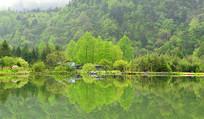 湖光山色中一排安静祥和的房子