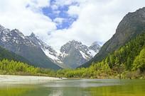 毕棚沟卓玛湖水面倒影的雪山
