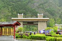 四川甘堡藏寨的石砌寨门门楼
