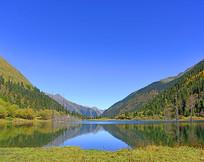 阿坝达古冰川清澈的情人滩湖水