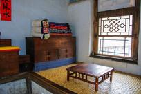 努尔哈赤故居火炕炕桌与炕柜