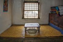 努尔哈赤故居火炕炕桌与瓦盆