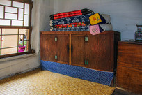 努尔哈赤故居室内火炕与炕柜棉被