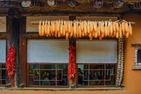 屋檐下的玉米棒子与辣椒大蒜辫