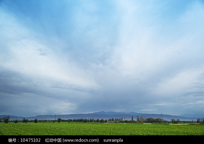 放射云下的田园风光
