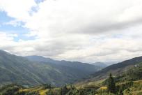 蓝天白云下的山丘