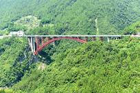 大山里的红色桥梁
