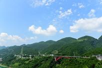 蓝天白云下的桥梁风景