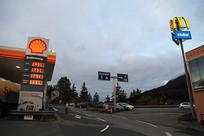 欧洲傍晚高速公路的加油站