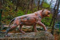 丹东宽甸虎溏沟老虎站式雕像