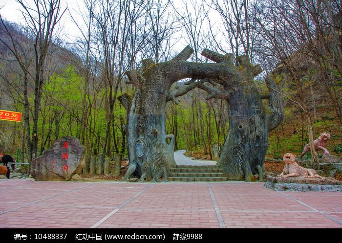 丹东宽甸虎溏沟树干造型山门图片