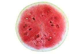 白底上一个切好的半圆西瓜