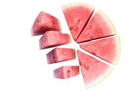 圆形拼盘西瓜和四块取出的西瓜