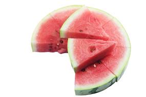 圆形拼盘西瓜上放置着两片西瓜