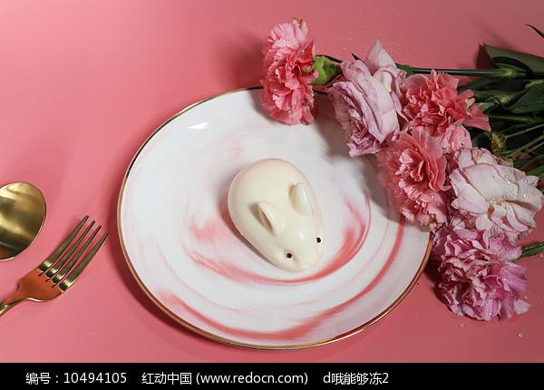 粉色鲜花玉兔甜品蛋糕图片